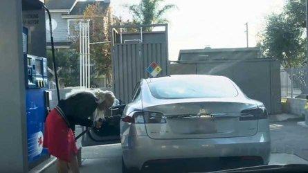 VIDÉO - Elle ne trouve pas comment mettre de l'essence... dans sa Tesla !