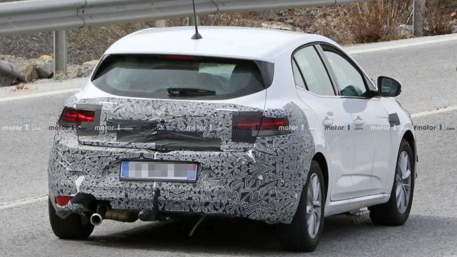 Renault Megane facelift spied with weird exhaust