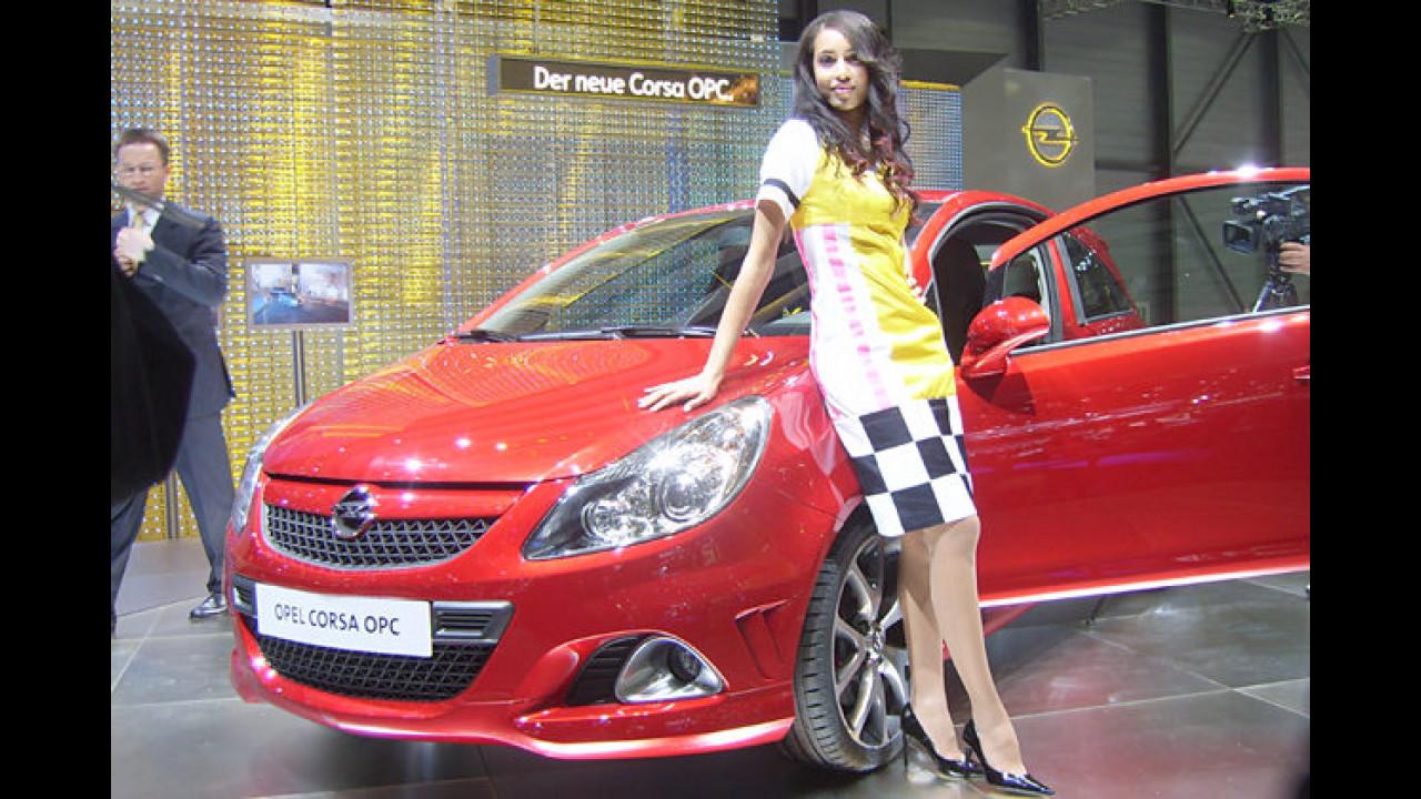 Ein echter Opel-Fan trägt zum Corsa OPC das Steffi-Graf-Gedächtniskleid im Eighties-Look