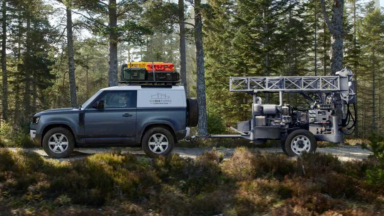 Land Rover Defender 90 Hard Top (2021) mit Anhänger im ...