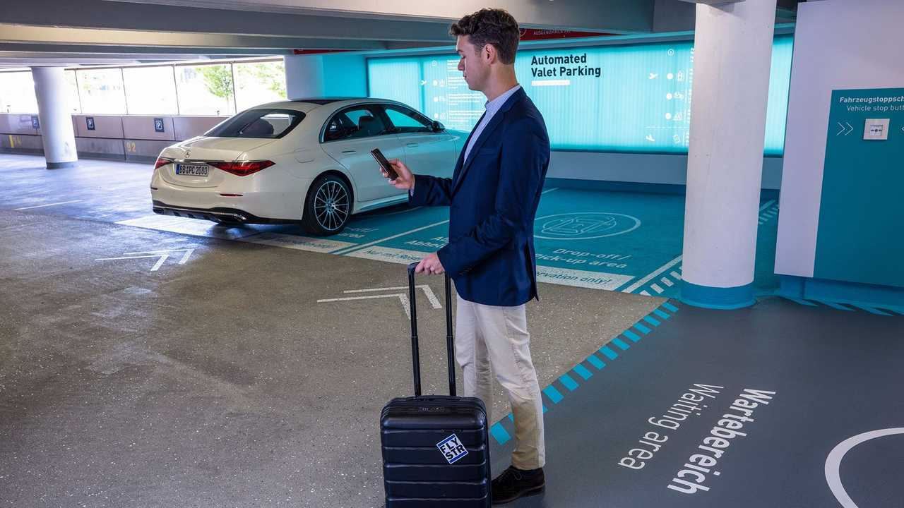 Vollautomatisiertes und fahrerloses Parken am Flughafen Stuttgart