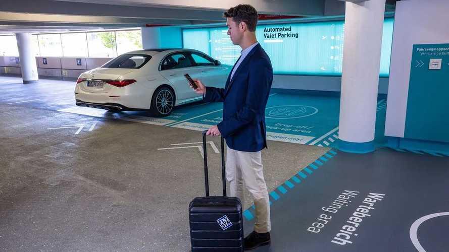 Vollautomatisiertes und fahrerloses Valet-Parkenam Flughafen Stuttgart
