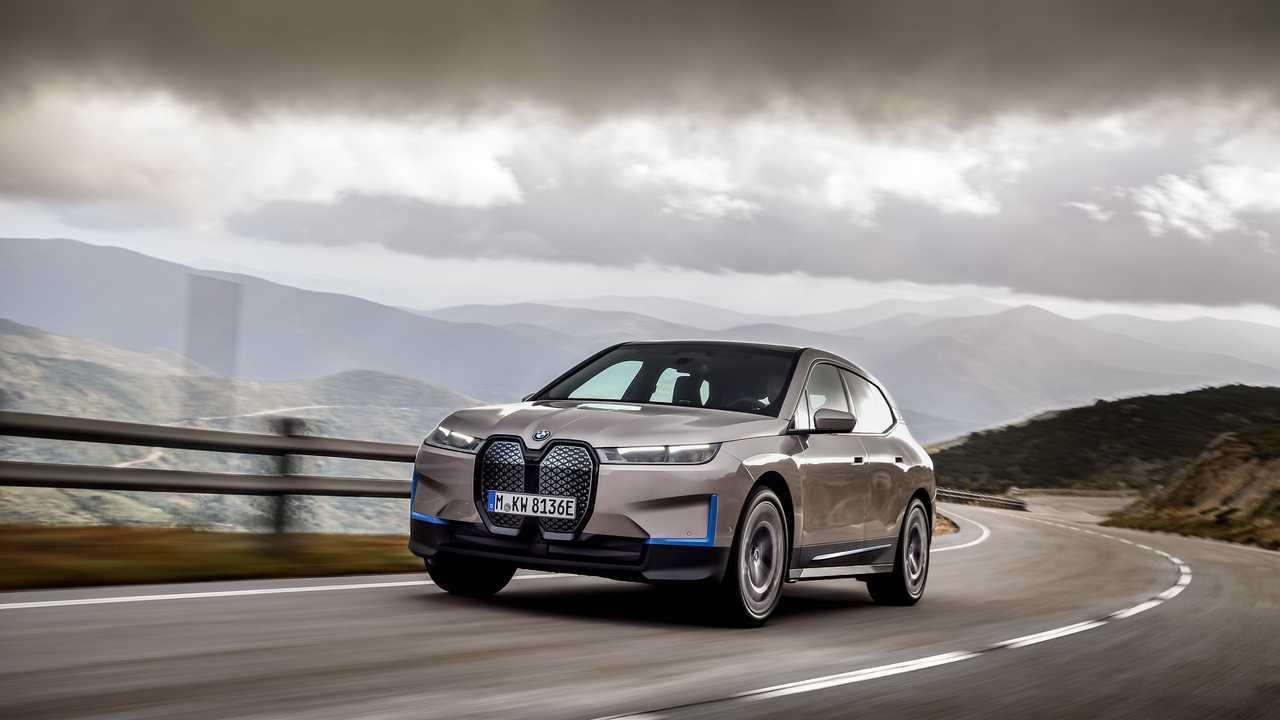 BMW iX yolda