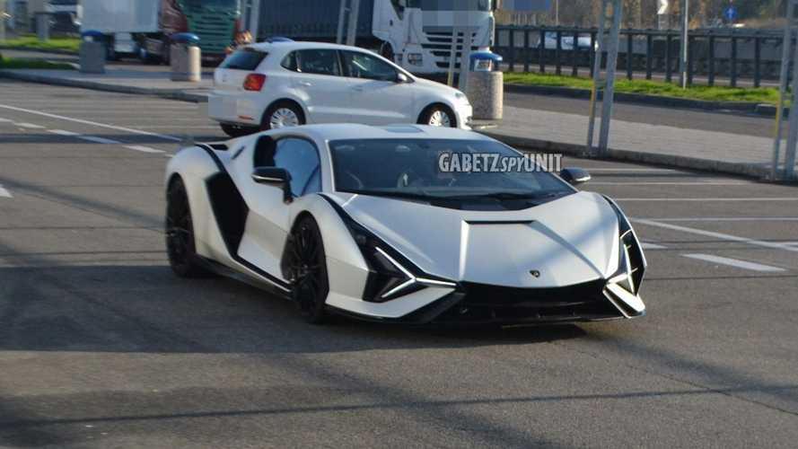 Lamborghini Sian FKP 37, trafikte görüntülendi
