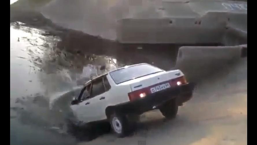 """Vídeo: Lada Samara prefere """"se afogar"""" a obedecer comando do motorista"""