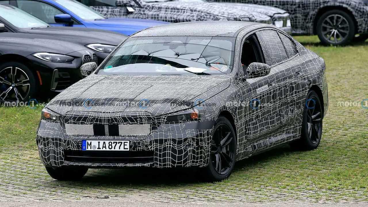 Yeni BMW i5'e ait kamuflajlı bir prototip.