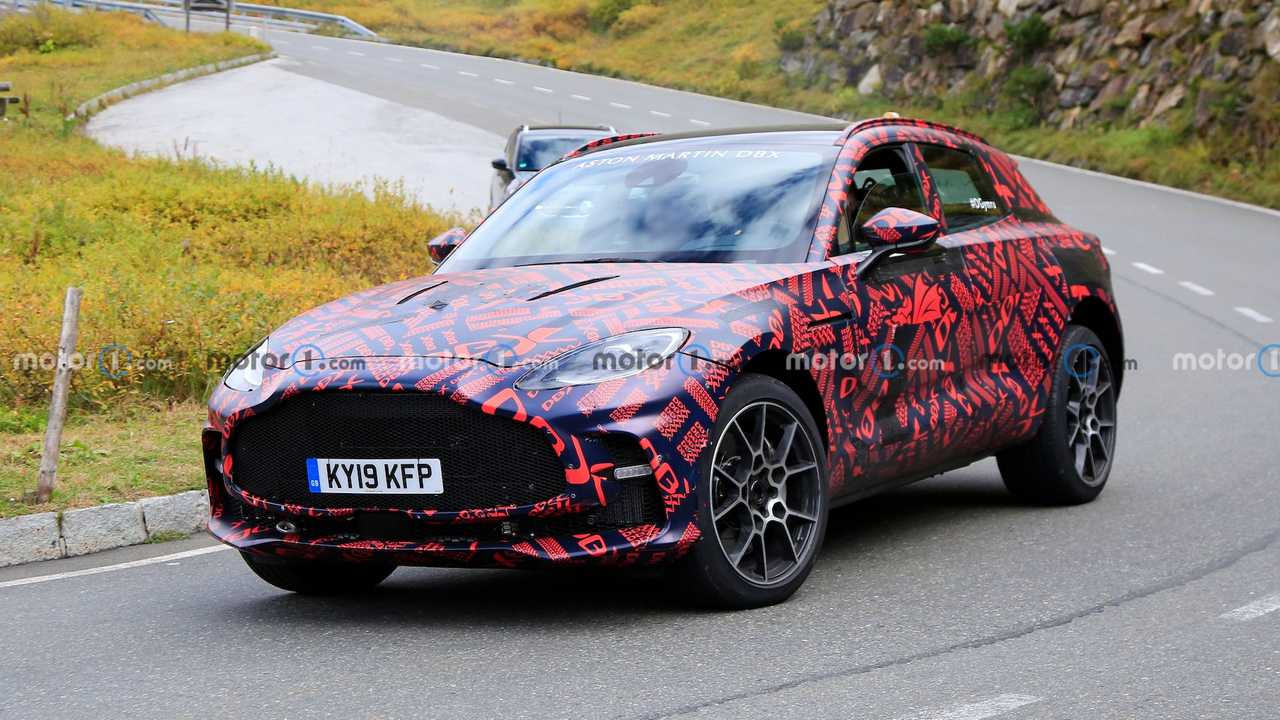 Photos espion Aston Martin DBX S