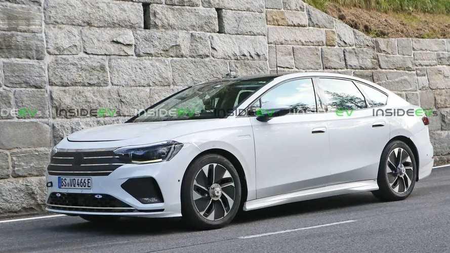 Sedã elétrico da Volkswagen é flagrado com 'disfarce de Passat'