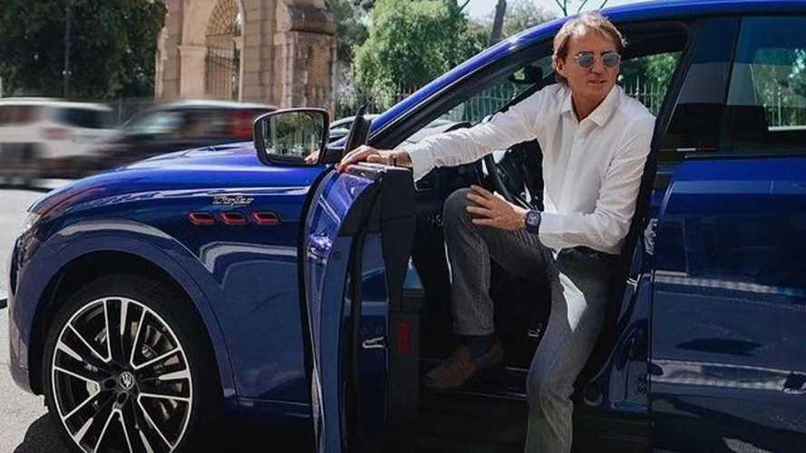 Roberto Mancini egy Maserati Levante Trofeóval ugrik le a közértbe