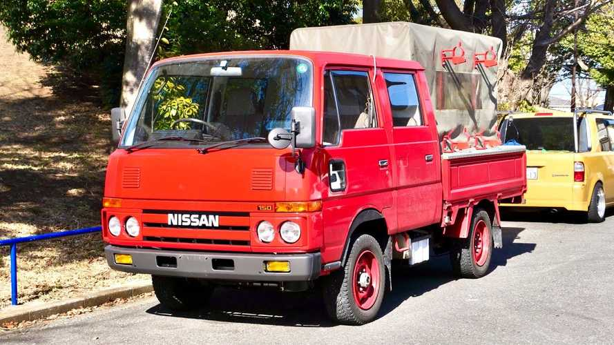 This 1991 Nissan Atlas Diesel 4WD Fire Truck Is Lit