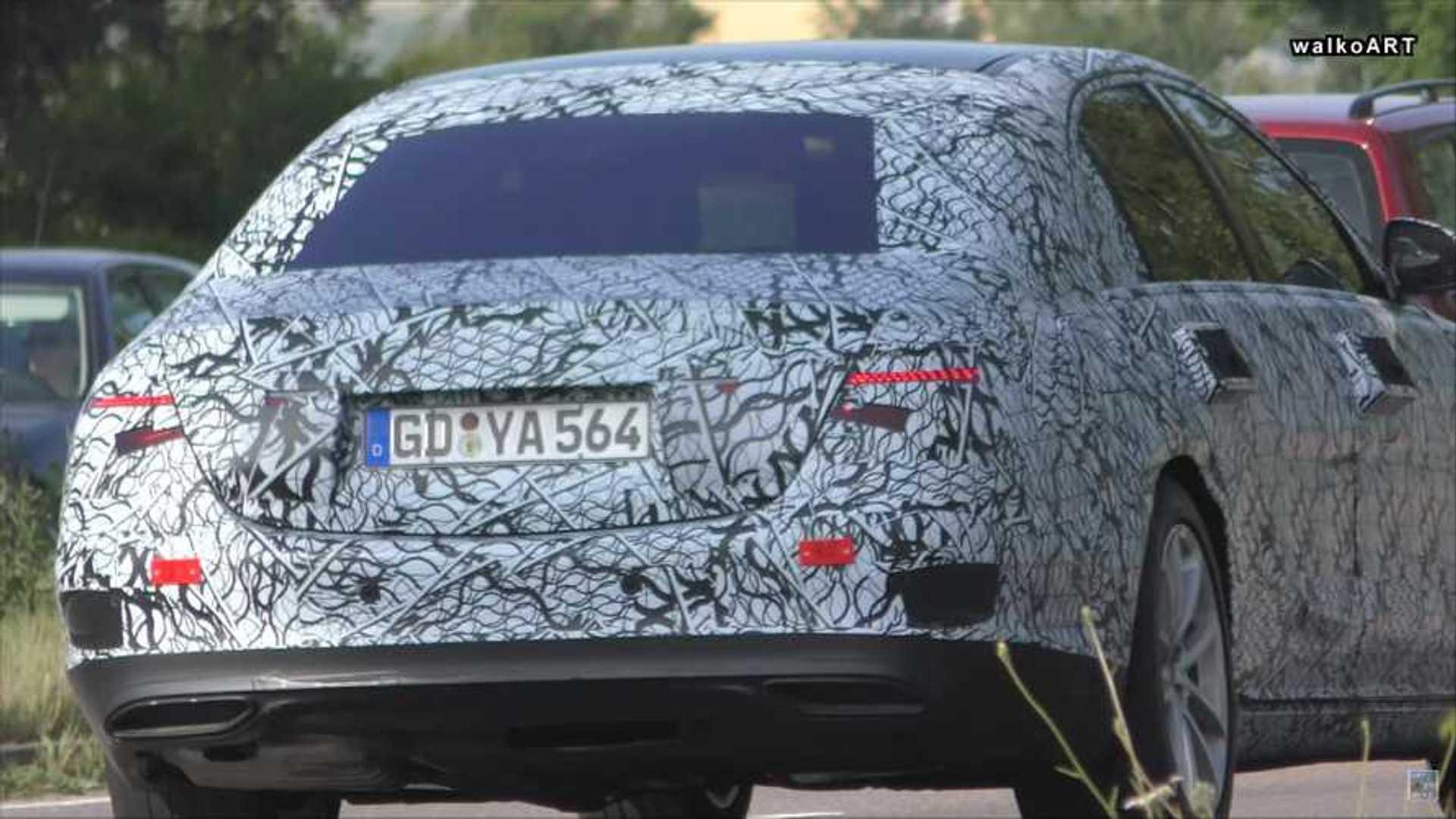 2021 Mercedes S-Class Sedan Spied смотрит на улицу