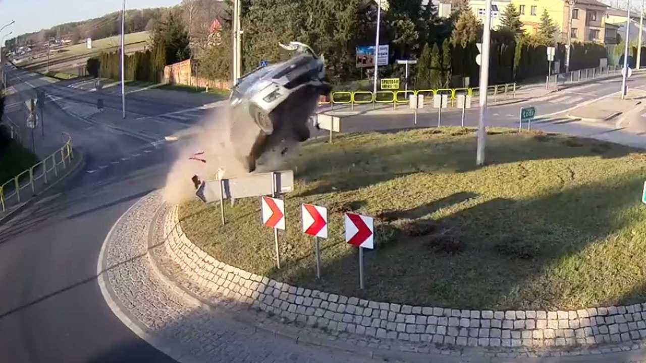L'incidente dell'auto che vola sulla rotonda