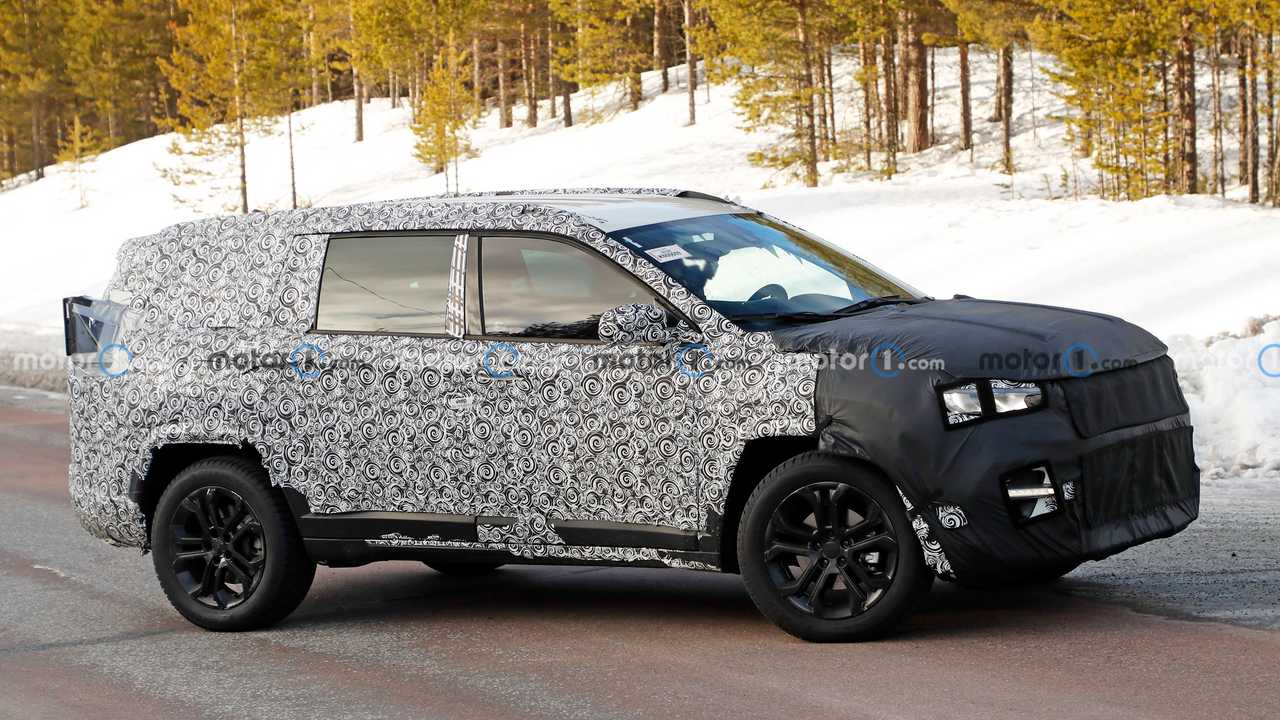 Spy photo showing what could be a new Jeep Patriot with seven-passenger seating.