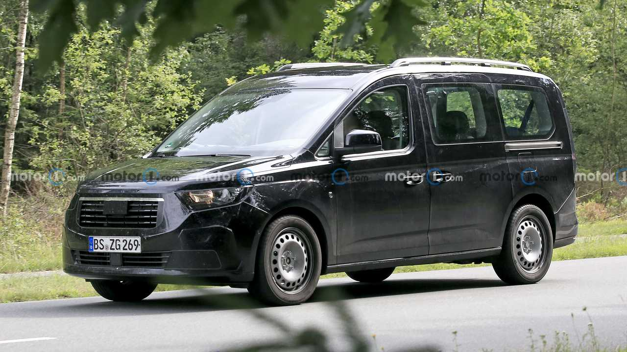 New Ford Tourneo Connect first spy photo (front three-quarters)