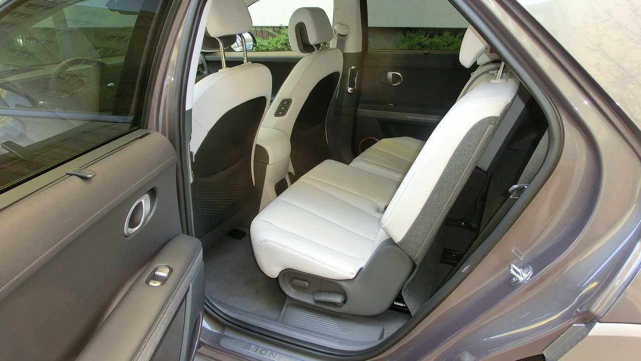 Hyundai Ioniq 5: Linker Teil der Rücksitze nach vorne geschoben