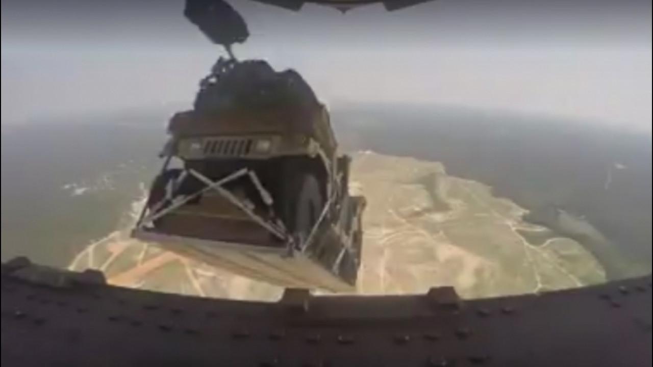 [Copertina] - Hummer, giù dall'aereo militare con il paracadute [VIDEO]