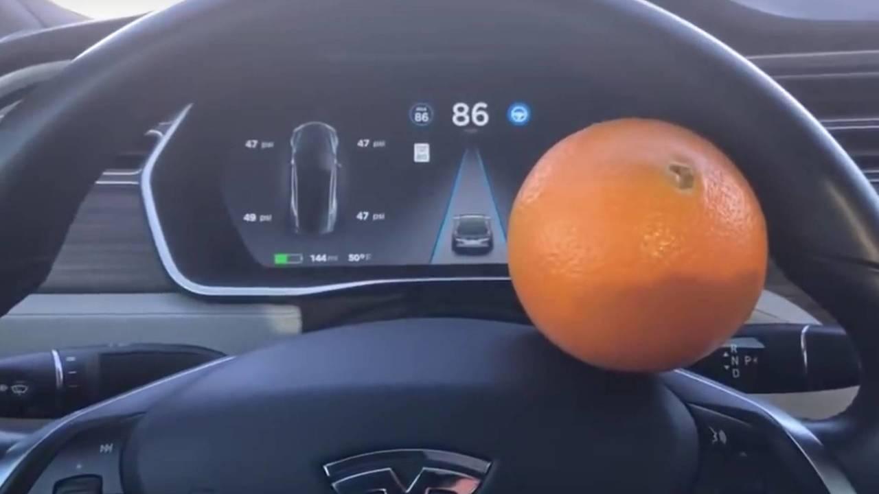 Tesla Model S - narancs