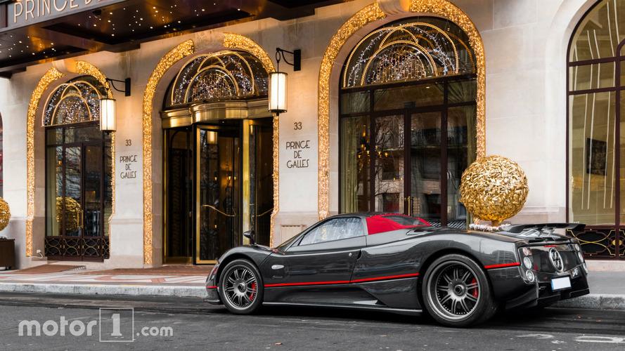 PHOTOS - Les hypercars illuminent les Palaces pour Noël !