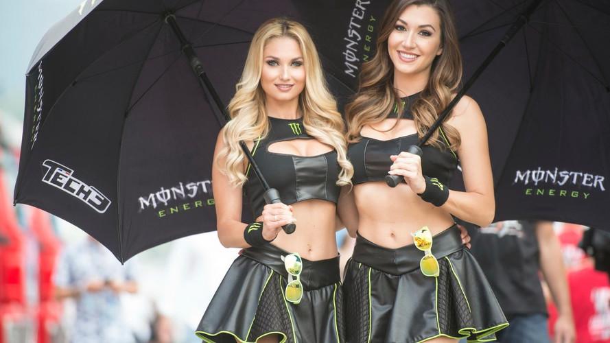 Grid girls italianas dão toque feminino à MotoGP em Mugello