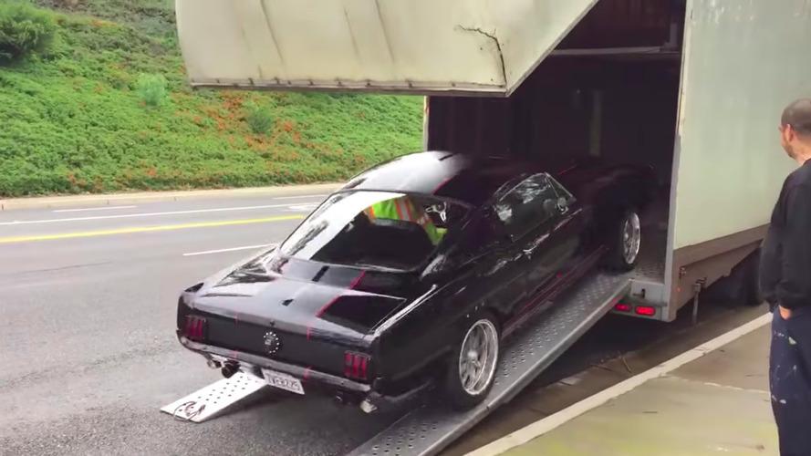 VIDÉO - Une Mustang de collection se manie avec doigté !