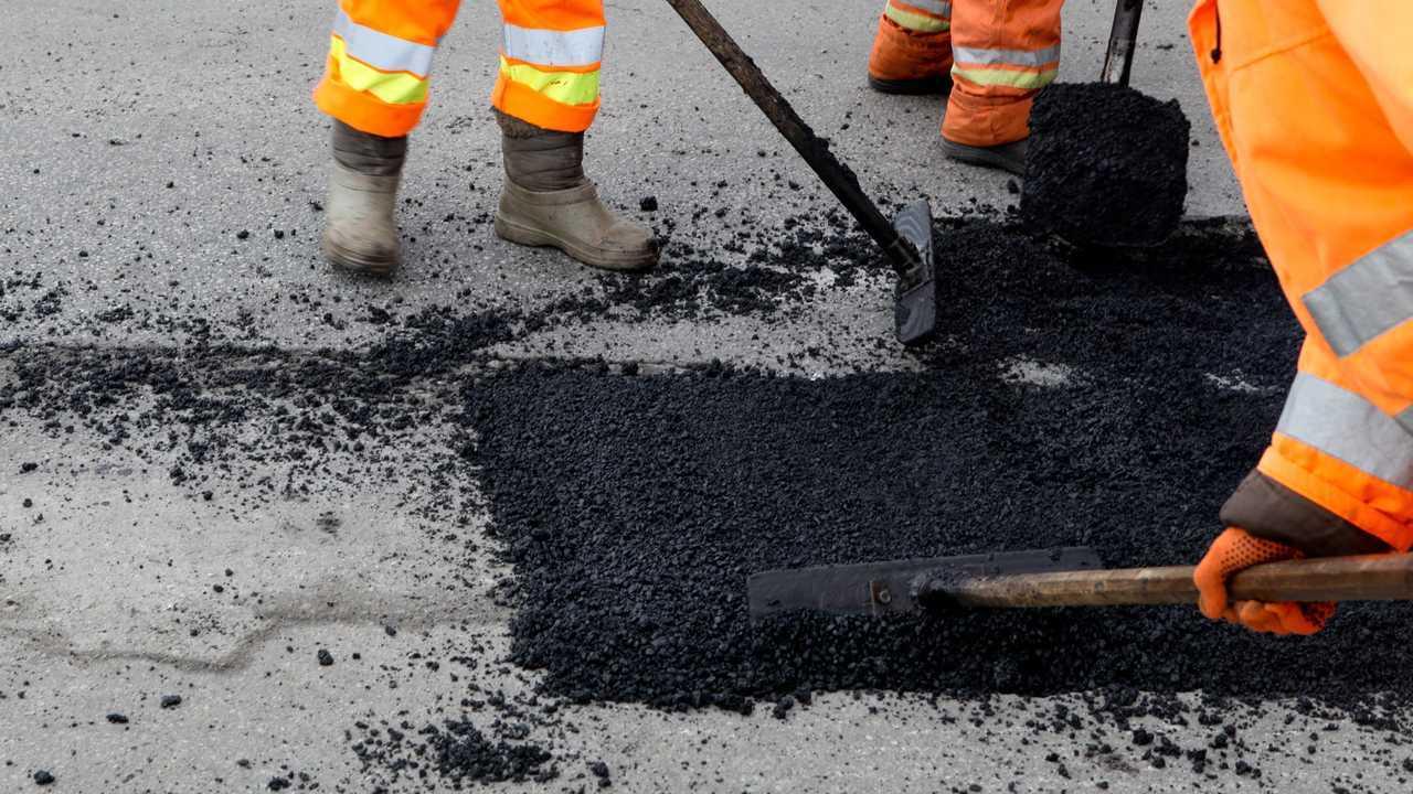 Road asphalt resurfacing construction