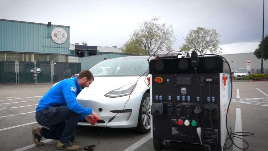 Aküsü bitmiş ve kaputu dahi açılmayan bir Tesla'ya ne yapılabilir?