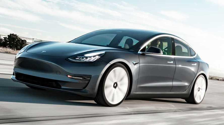 VIDÉO - Une Tesla évite un accident après avoir été percutée