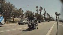 Elektroauto-Hass? Motorradfahrer schleudert Stein auf Tesla