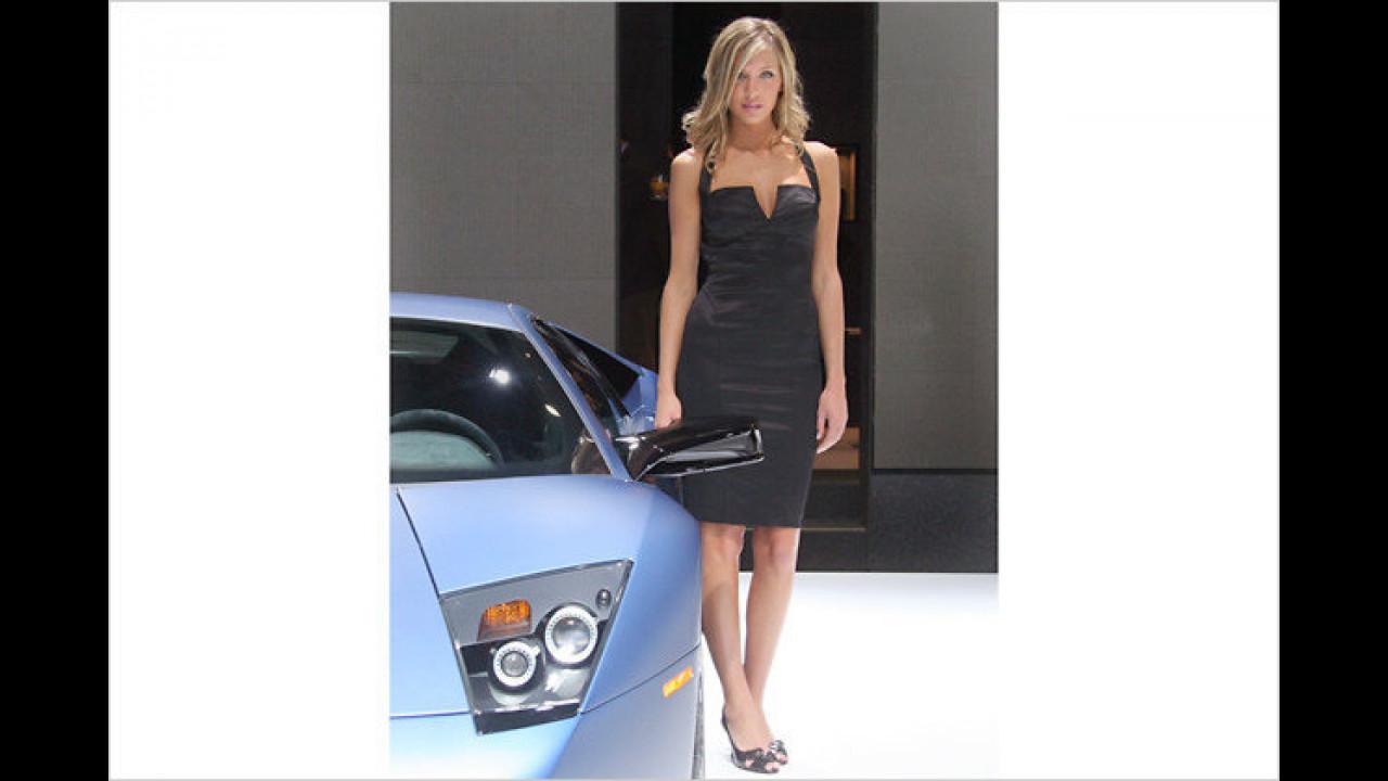 Unpraktisch für den Make-up-Check: Bei Sportwagen sind die Spiegel immer so tief angebracht