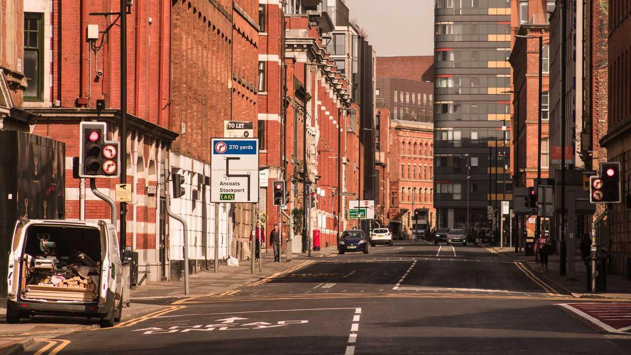 Coronavirus kilitleme sırasında Kuzey Mahallesi'nde Manchester İngiltere boş sokak