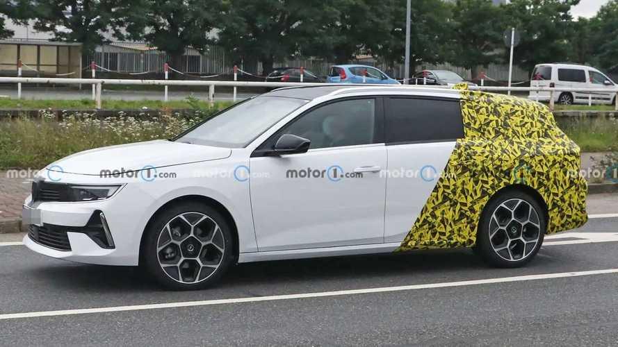 Opel Astra Sports Tourer (2022) fast ungetarnt erwischt