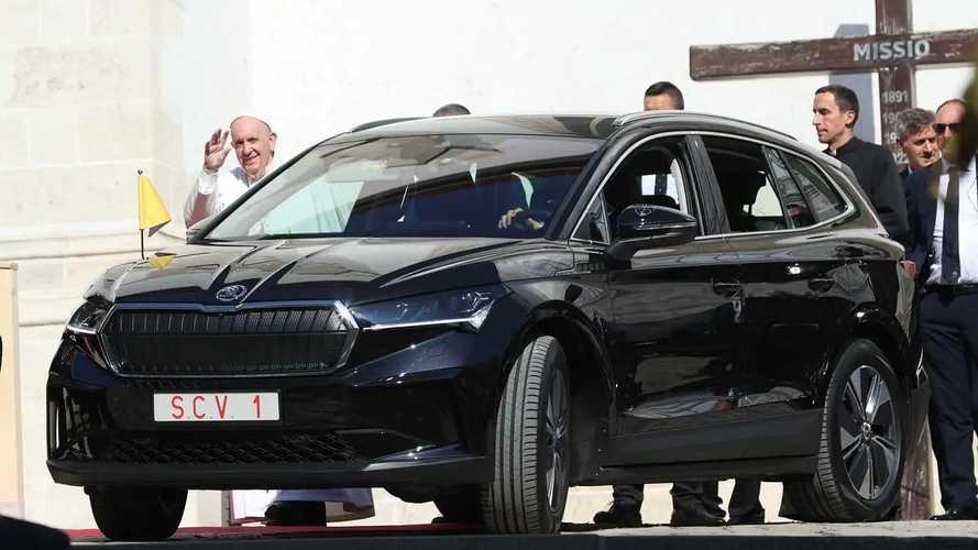 Papst Franziskus fährt im Skoda Enyaq iV