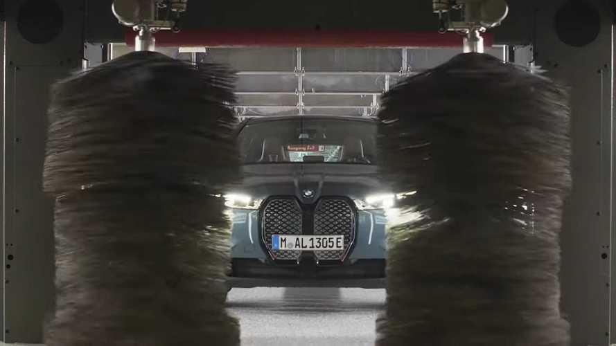 Vess egy pillantást erre a BMW iX-re, ami önmagát hajtja körbe töltés és mosás után kutatva