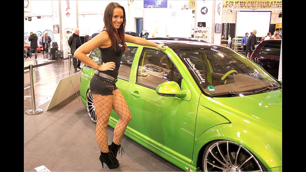 So eine Netzstrumpfhose stiehlt selbst einem giftgrünen Auto die Show