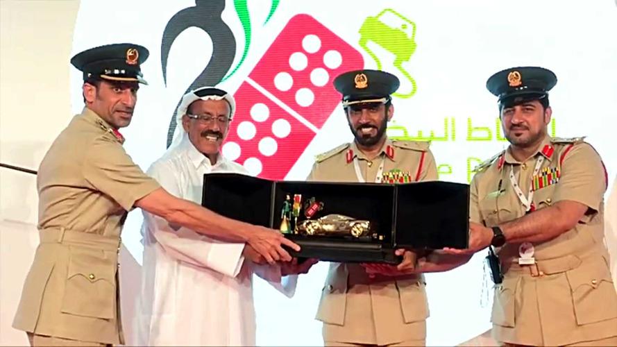 Dubai Polis Departmanı dikkatli sürücüleri altın otomobillerle ödüllendirdi