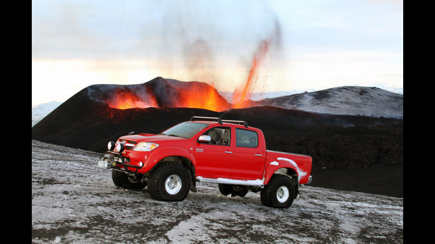 Toyota Hilux sul vulcano Eyjafjallajökull in Islanda