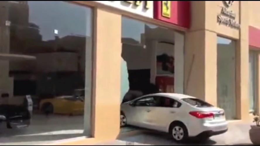 Vídeo: bêbado, motorista de Cerato perde o controle e invade loja da Ferrari