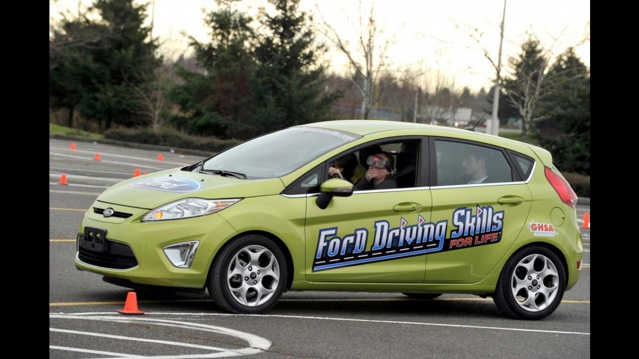 Jovens ao volante: garotos gostam de correr e garotas falam demais