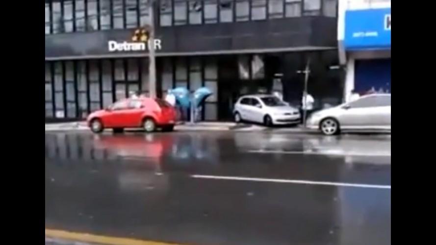 Vídeo: motorista erra baliza e invade prédio do Detran no Paraná