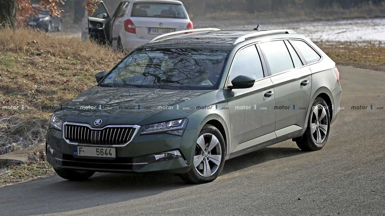 Skoda Superb Wagon restyling 2019, nuove foto spia