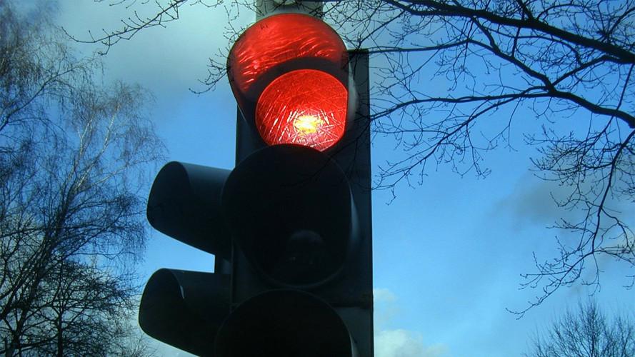 Multa semaforo rosso, si cancella solo se l'apparecchio non funziona