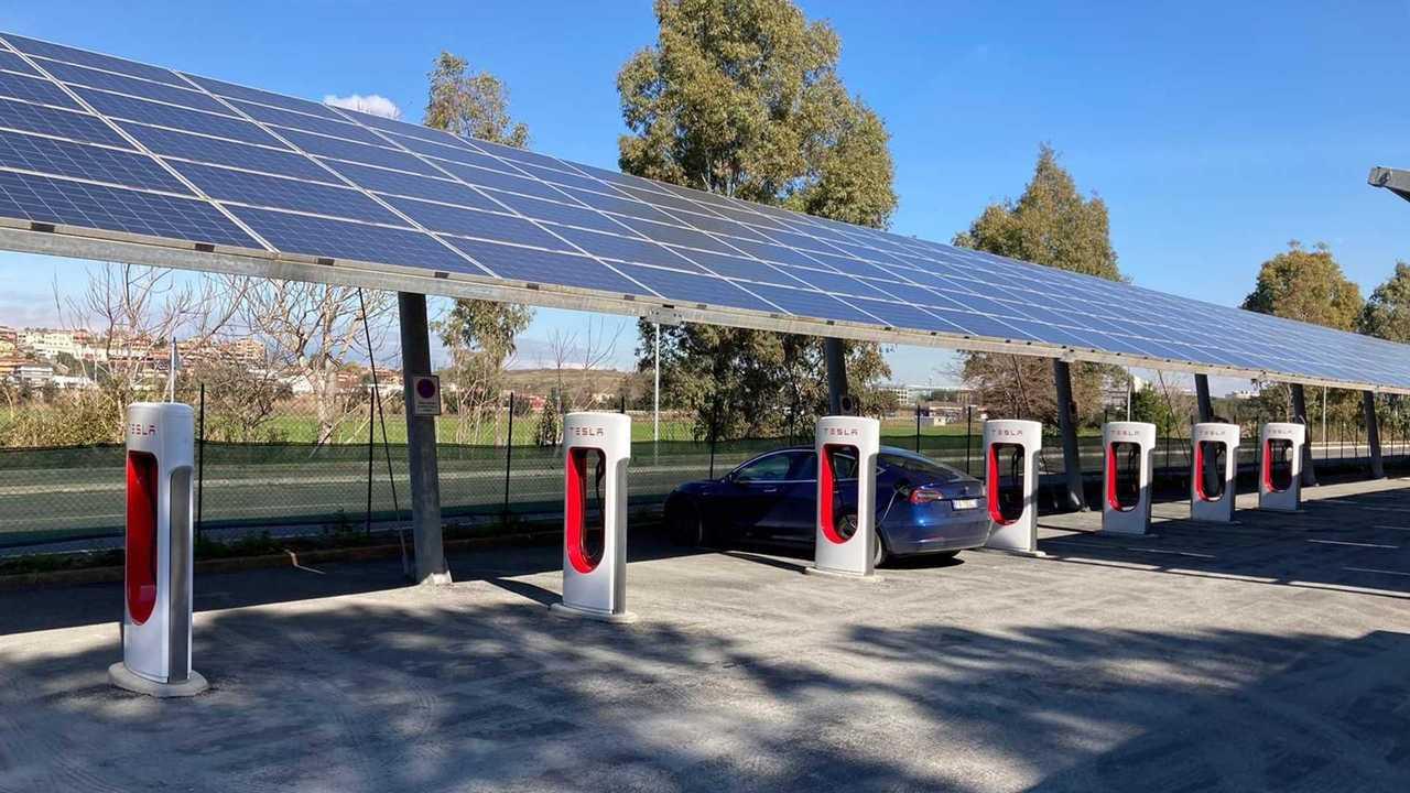 Tesla Supercharger: la stazione di ricarica di Roma