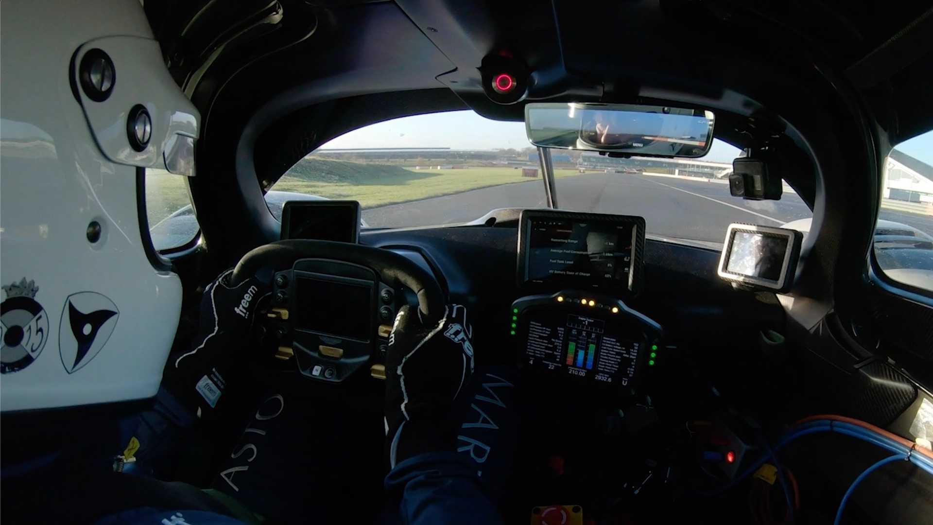 Шеф Aston Martin Тобиас Мерс Хунт Валькирию в тизерном видео