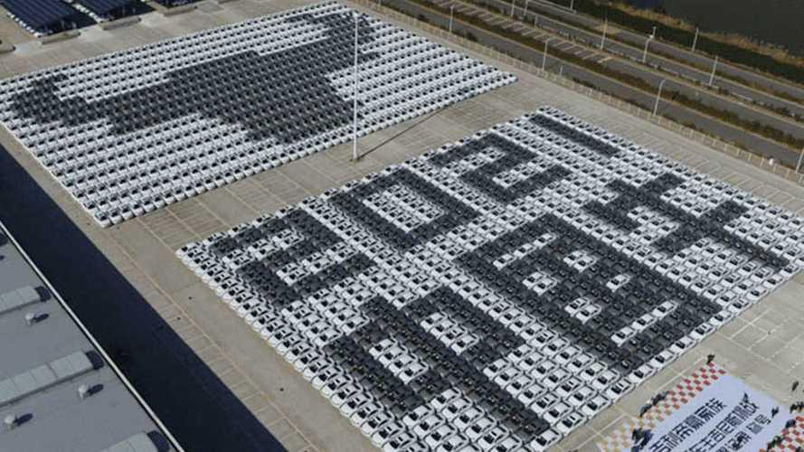 """Geely, dünyanın en büyük otomobil """"mozaiği"""" rekorunu kırdı"""