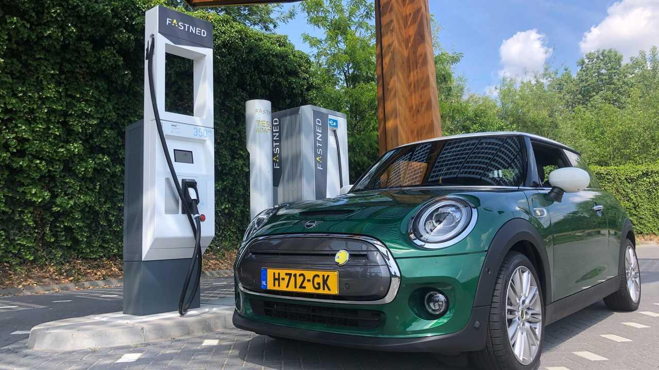 MINI Cooper SE at Fastned fast charging station