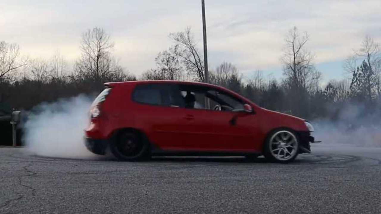 VW Golf GTI hátsókerék-meghajtással nem fánk, amíg le nem bomlik