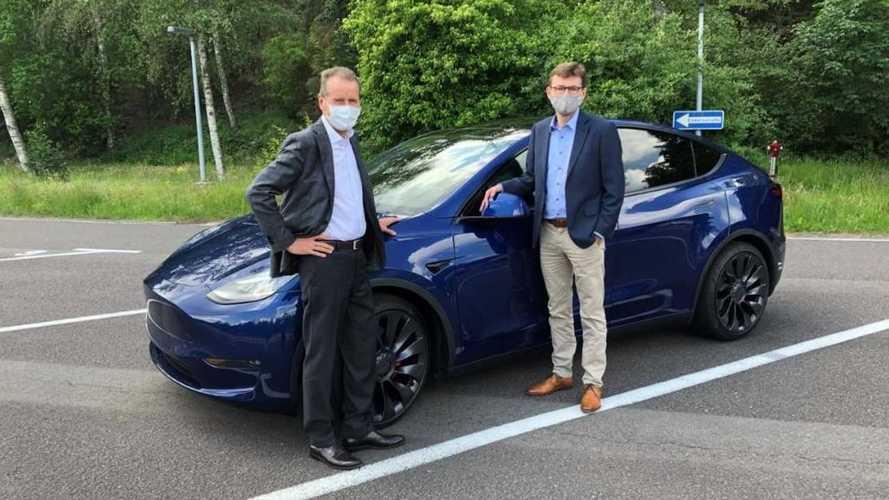 """CEO da Volkswagen dirige o Tesla Model Y: """"É uma referência"""""""