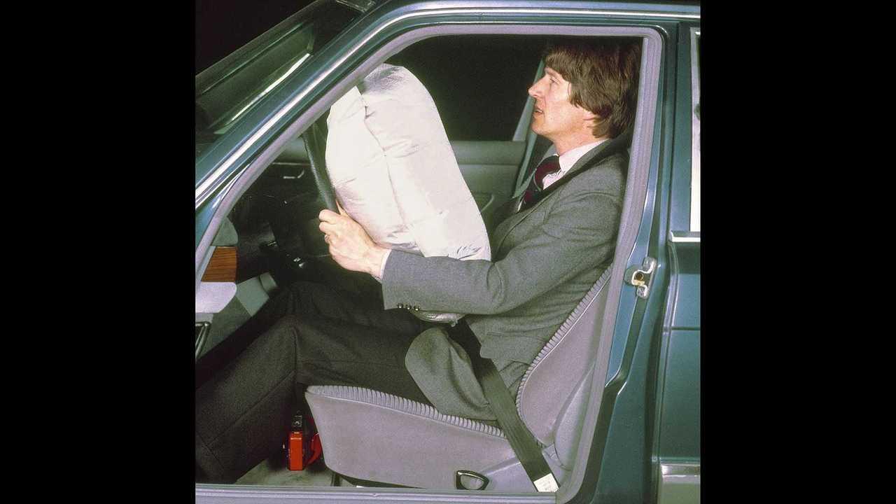 Vor 40 Jahren: Mercedes-Benz bringt Fahrerairbag und Gurtstraffer in die Serie