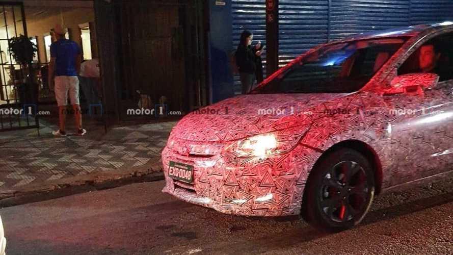 Flagra: Novo Chevrolet Onix Sedan nacional mostra interior com multimídia flutuante