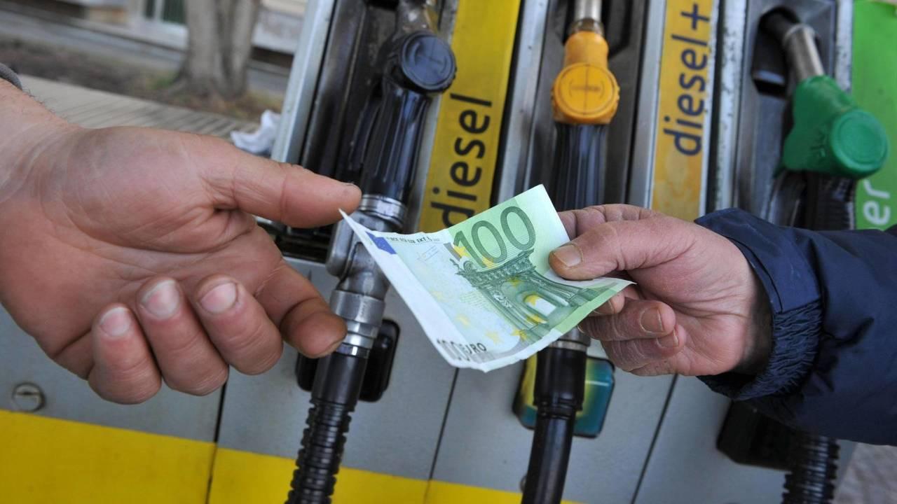 Prezzo del carburante alle stelle, ecco perché